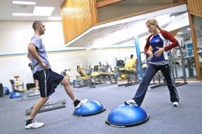 1200px-Personal_trainer_showing_a_client_how_to_exercise_the_right_way_and_educating_them_along_the_way